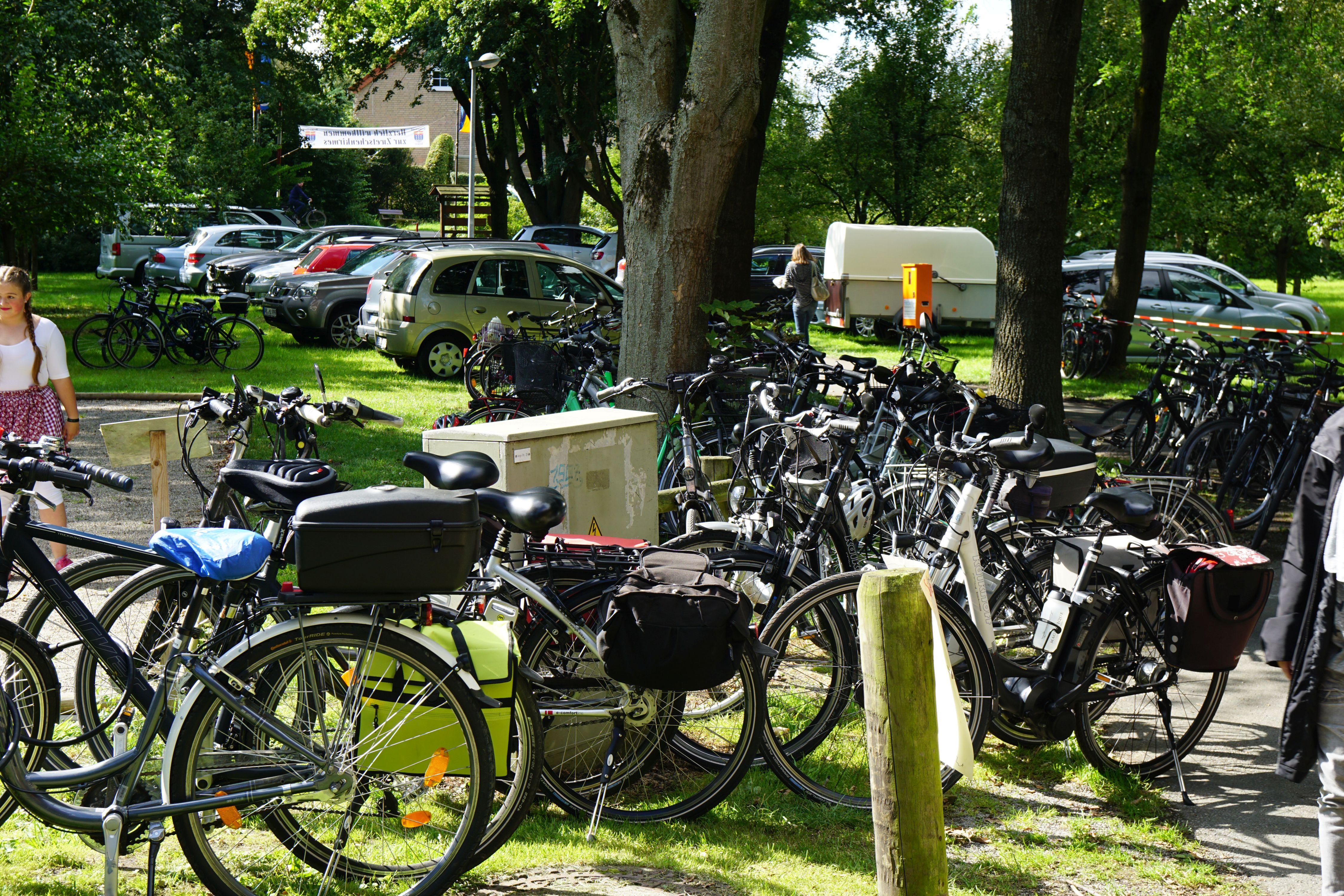 Autos und Fahrräder